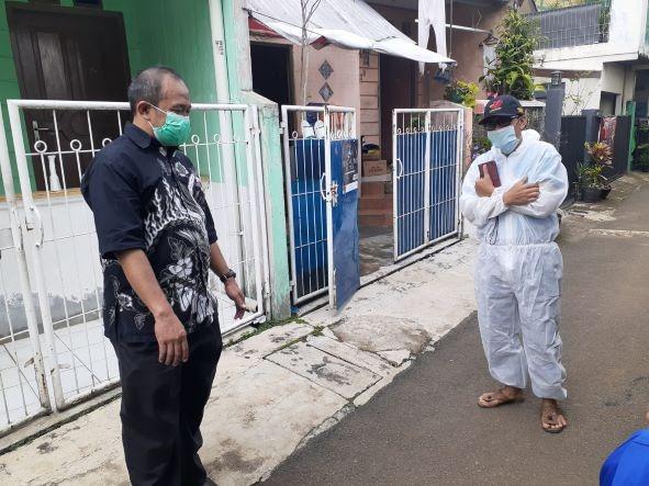 Reses di Empang, Iwan Suryawan Bagikan Paket Sembako ke Warga Isoman